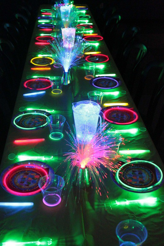 Clever new year s eve tables for under 50 pfister for Glow in the dark centerpiece ideas